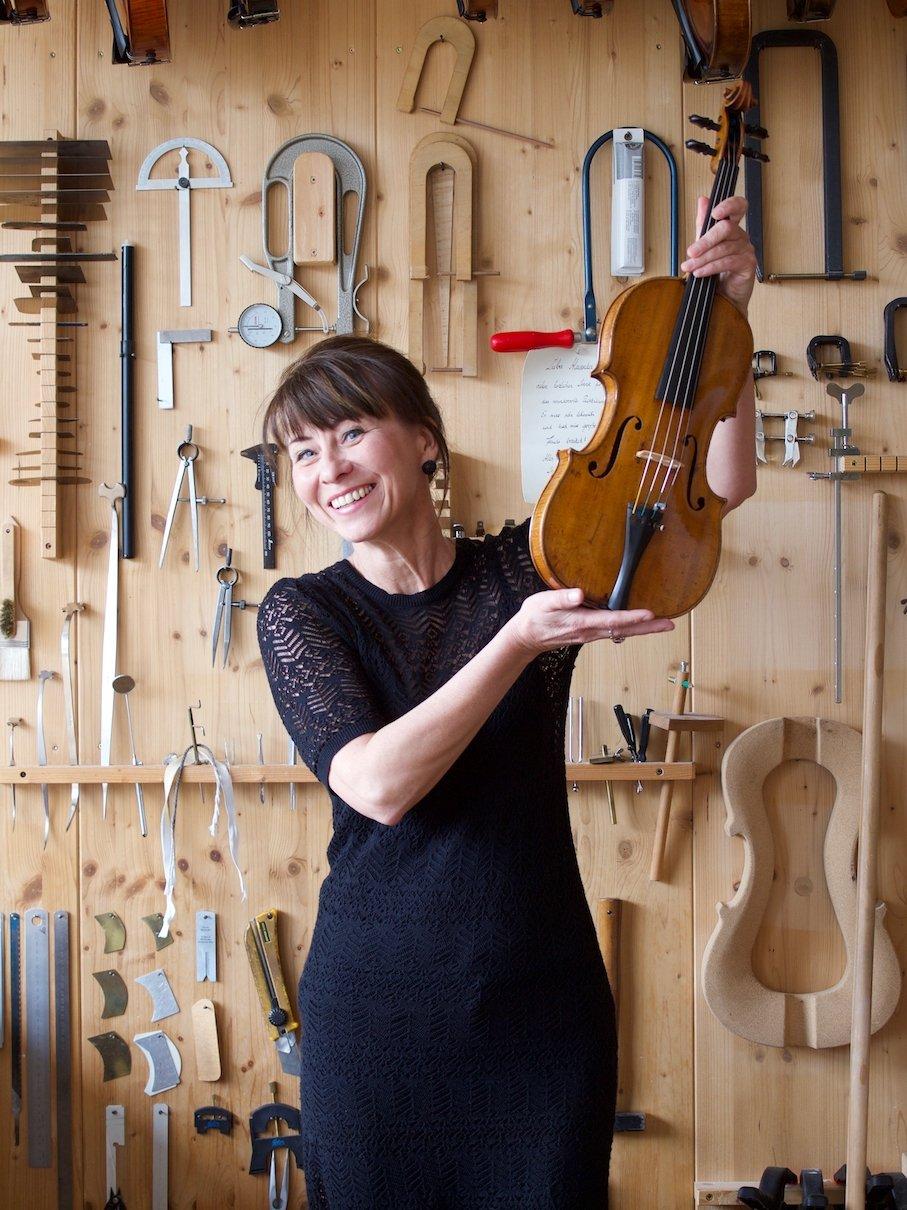 Simone mit ihrer restaurierten Geige