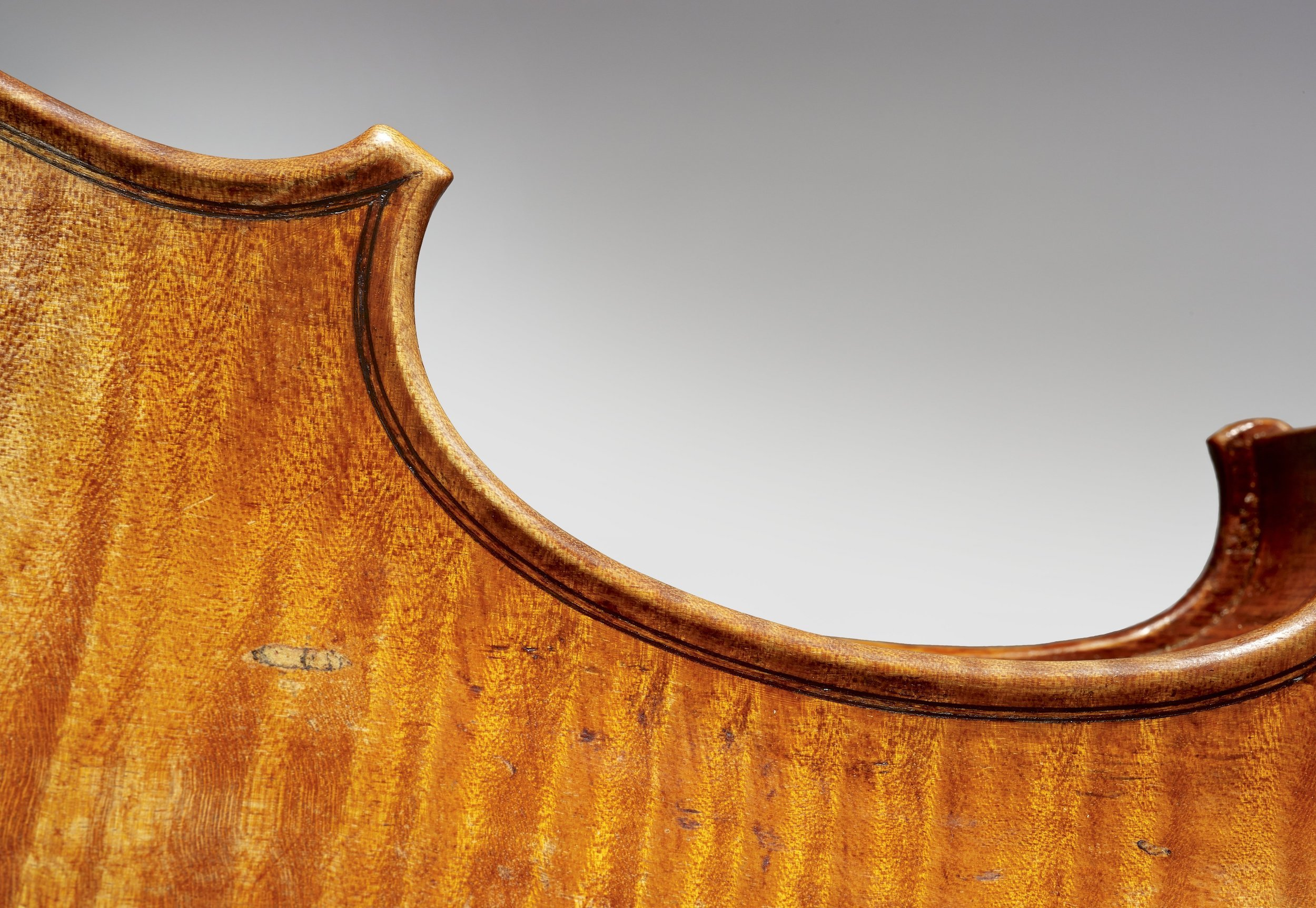 """Detailfoto einer Bodenecke der """"Sarasate"""" Stradivari von 1724"""