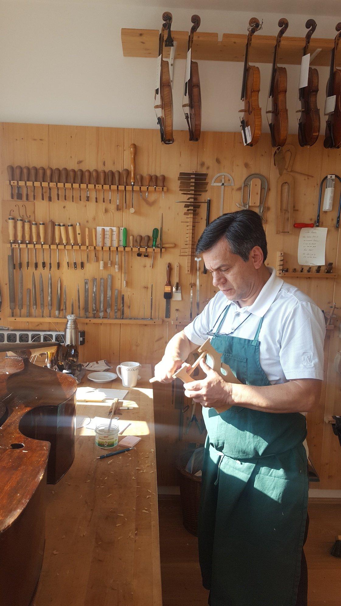Praktikant Luis Torres beim Stegaufschneiden