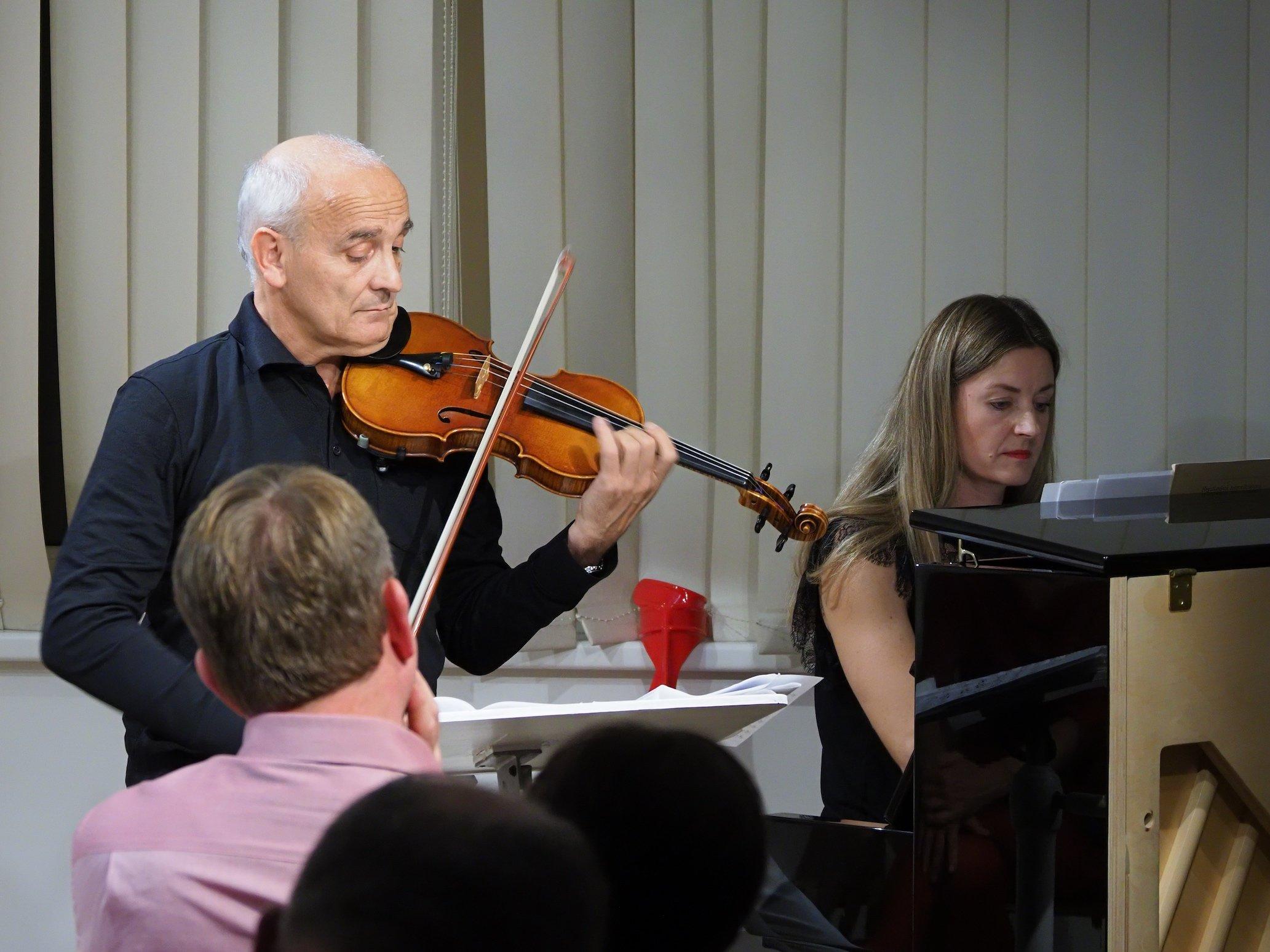 mit der Alexander Schütz Violine nach dem Modell der Sauret del Gesù